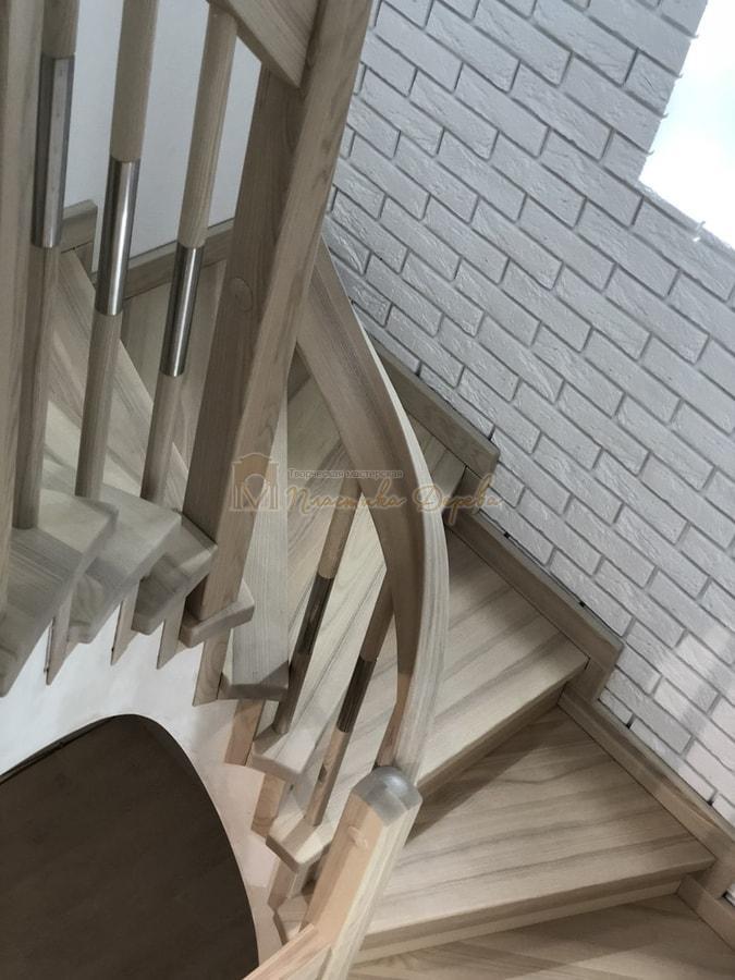 Лестница с комбинированными балясинами и гнутыми перилами (фото 4)