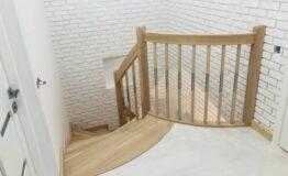 Лестница с комбинированными балясинами и гнутыми перилами (превью)