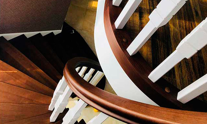 Лестницы под заказ: Полувинтовая лестница с гнутыми поручнями