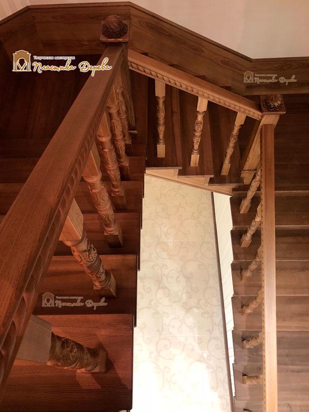 Деревянная лестница с художественной резьбой «Инесса» (фото 5)