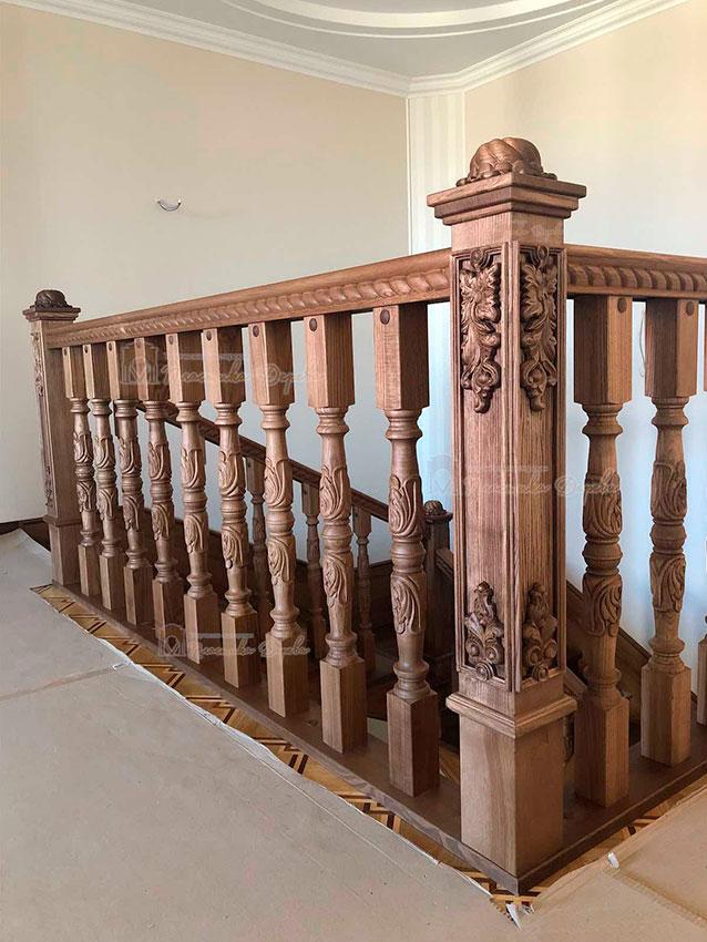 Деревянная лестница с художественной резьбой «Инесса» (фото 7)