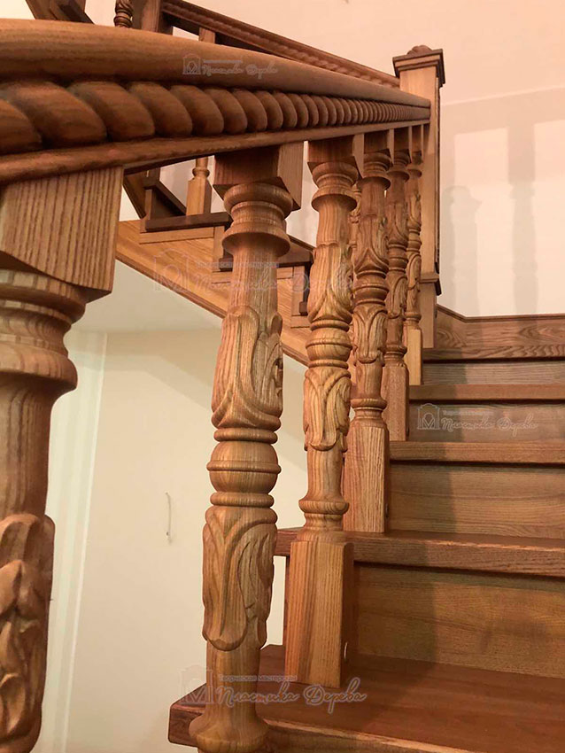 Деревянная лестница с художественной резьбой «Инесса» (фото 9)