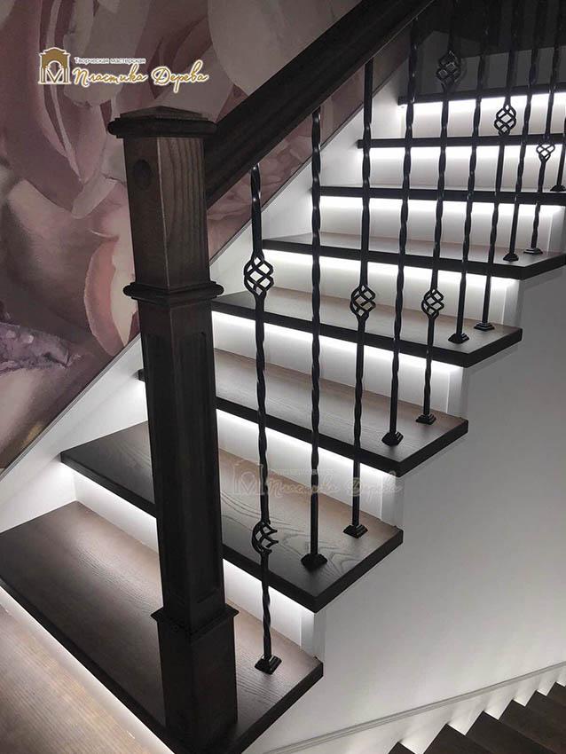 Лестница с металлическими балясинами и подсветкой (фото 1)