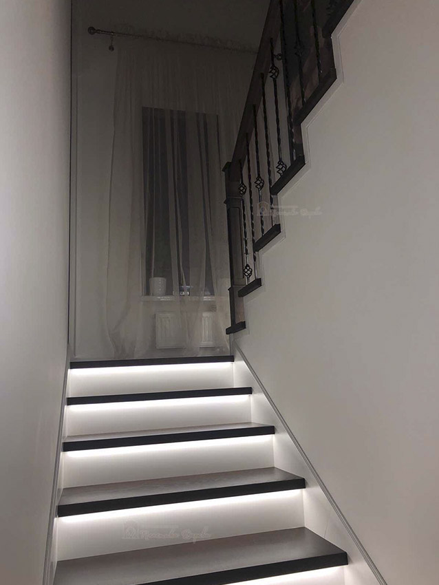 Лестница с металлическими балясинами и подсветкой (фото 10)
