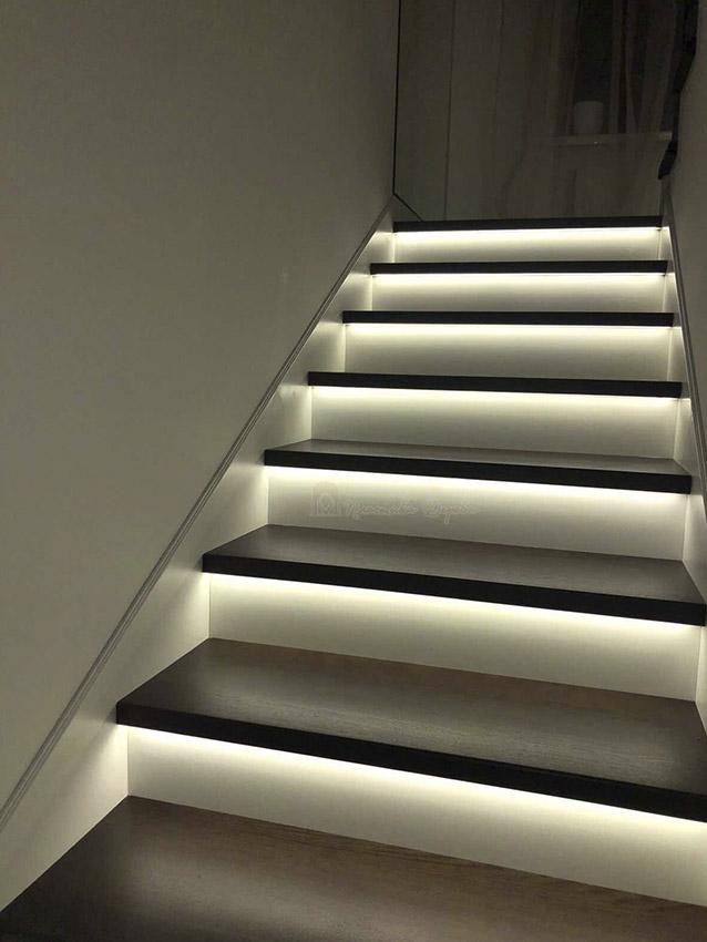 Лестница с металлическими балясинами и подсветкой (фото 11)