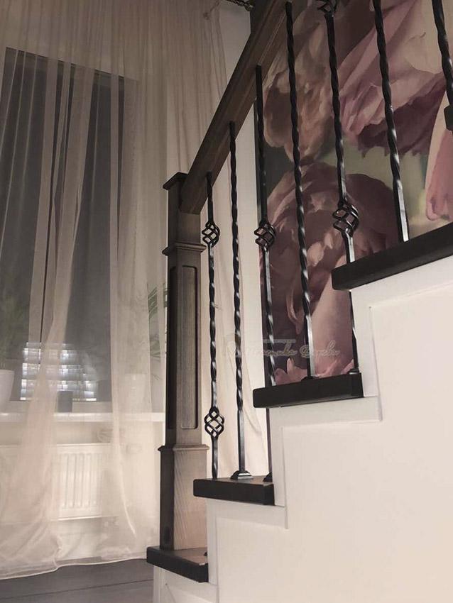Лестница с металлическими балясинами и подсветкой (фото 2)