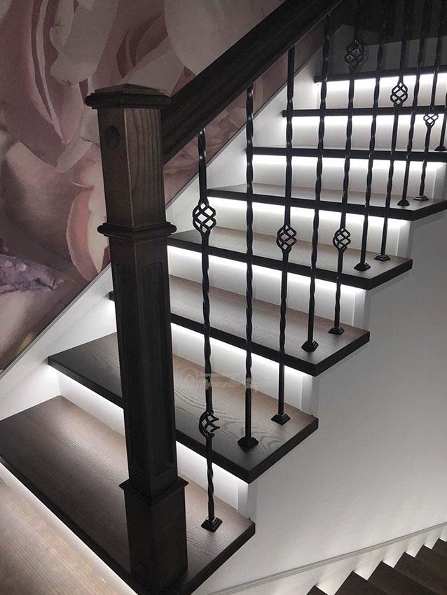 Лестница с металлическими балясинами и подсветкой (фото 3)