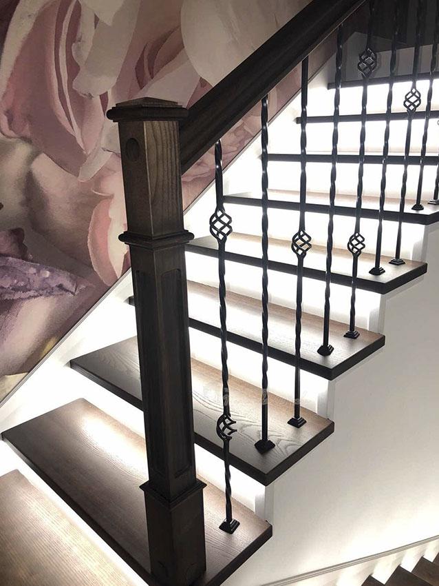 Лестница с металлическими балясинами и подсветкой (фото 4)