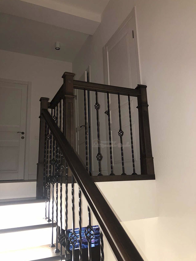 Лестница с металлическими балясинами и подсветкой (фото 5)
