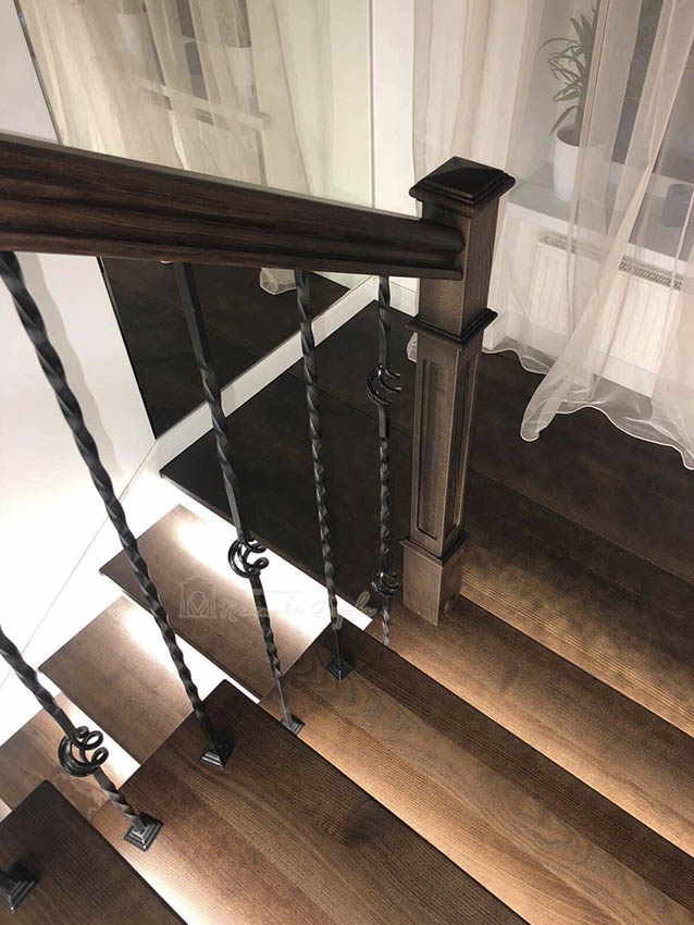Лестница с металлическими балясинами и подсветкой (фото 7)