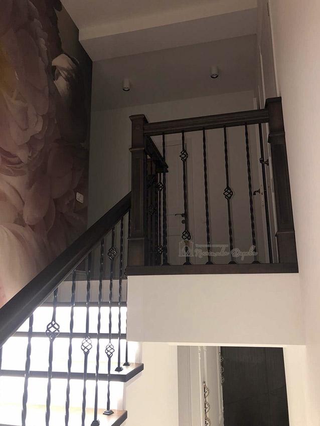 Лестница с металлическими балясинами и подсветкой (фото 8)