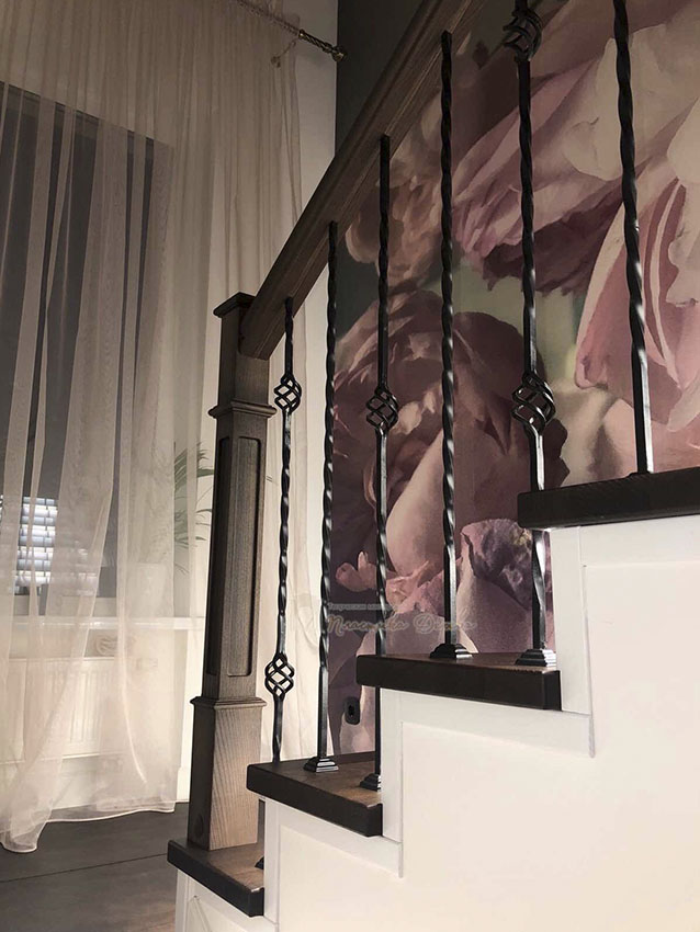 Лестница с металлическими балясинами и подсветкой (фото 9)