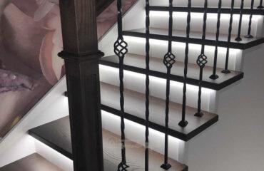 Лестница с металлическими балясинами и подсветкой (превью)